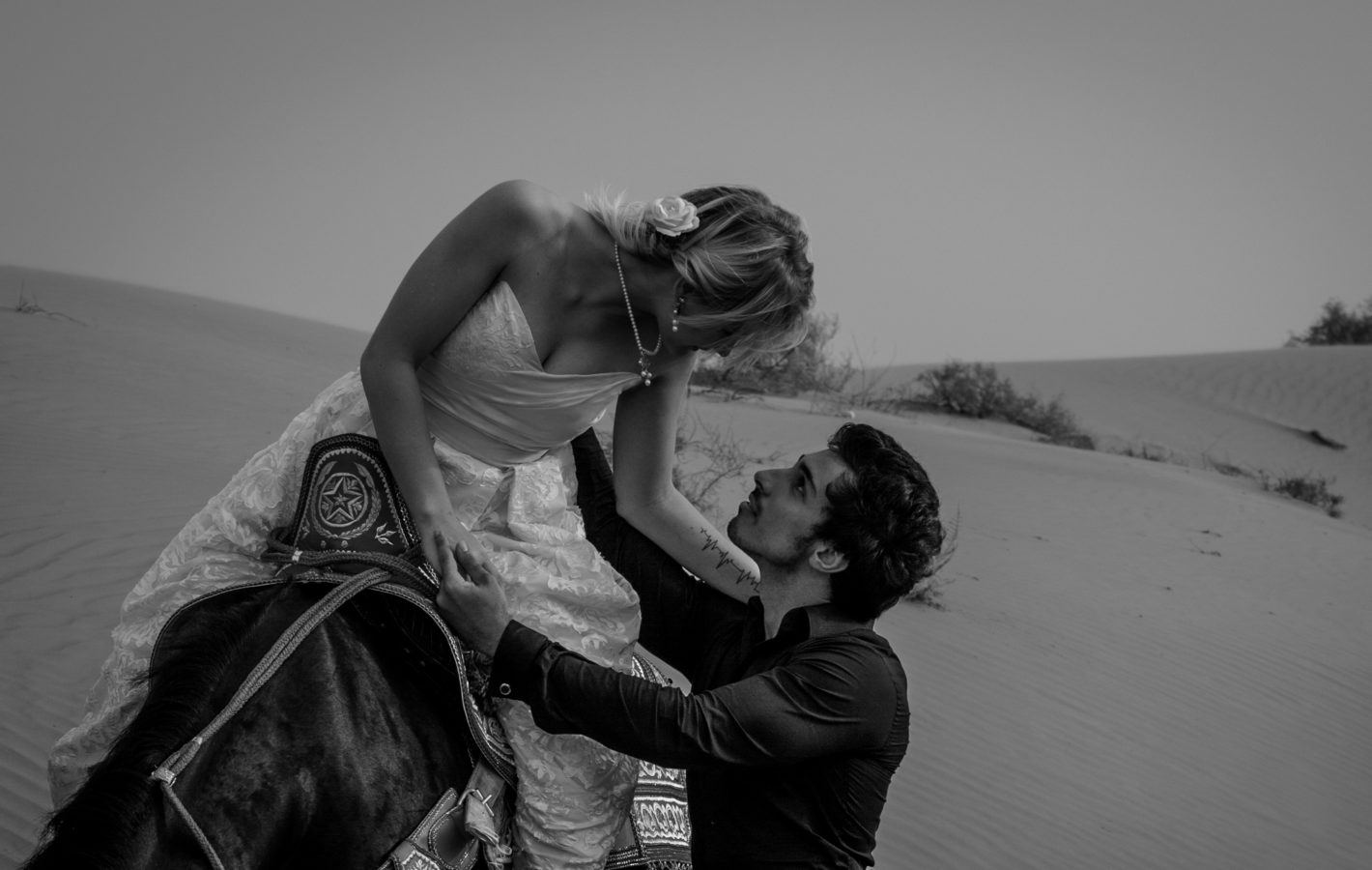 EMIRATES-WEDDING-PHOTOGRAPHY-DESERT-COUPLE-FEMALE-WEDDING-PHOTOGRAPHER-SASKIA-MARLOHa